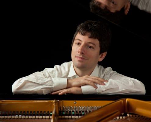 Pianist Daniel Fritzen im weißen Konzerthemd